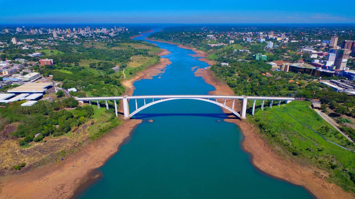 A Ponte da Amizade separa o Brasil do Paraguai